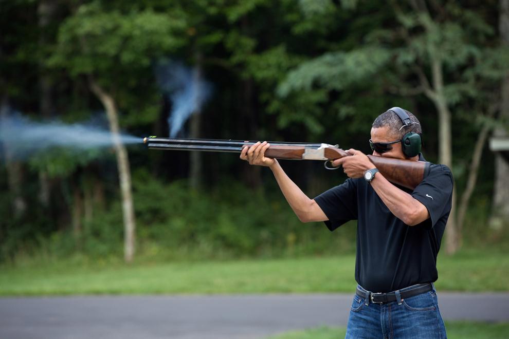Preşedintele Statelor Unite ale Americii, Barack Obama  trage cu arma pe poligonul de trageri din Camp David, Maryland, sâmbătă, 4 august 2012. (AFP PHOTO / The White House / Pete Souza)