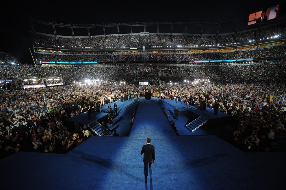 Candidatul democrat la prezidenţiale, senatorul de Illinois Barack Obama, susţine un discurs în timpul convenţiei naţionale Democrate la Invesco Field, în Denver, Colorado, joi, 28 august 2008. (Stan Honda / AFP)