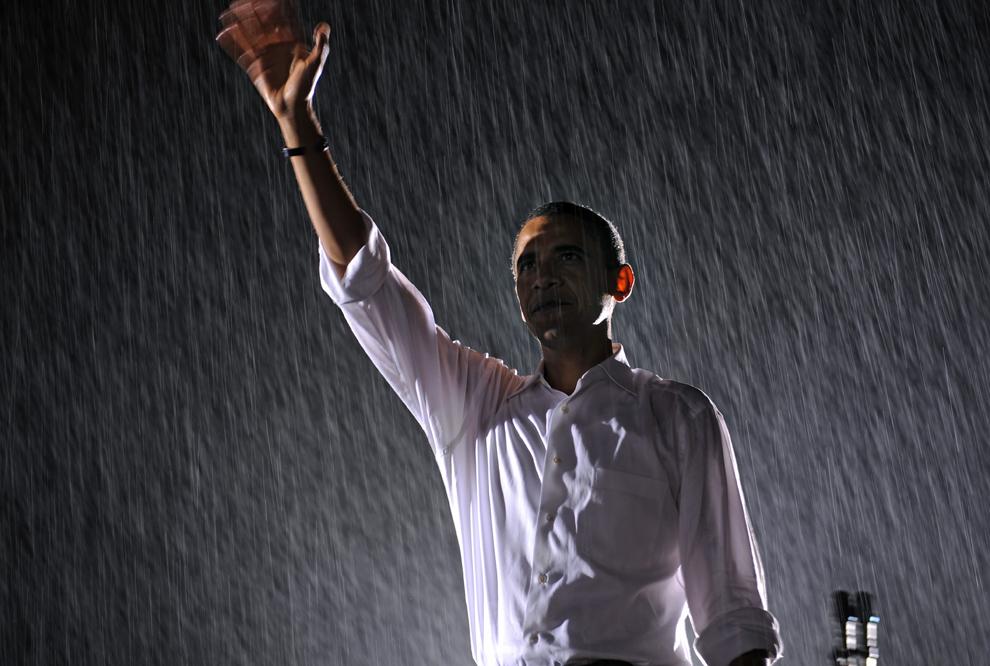 Barack Obama salută publicul în timpul unui miting electoral la Universitatea Mary din Fredericksburg, Virginia, sâmbătă, 27 septembrie  2008. (Emmanuel Dunand / AFP)