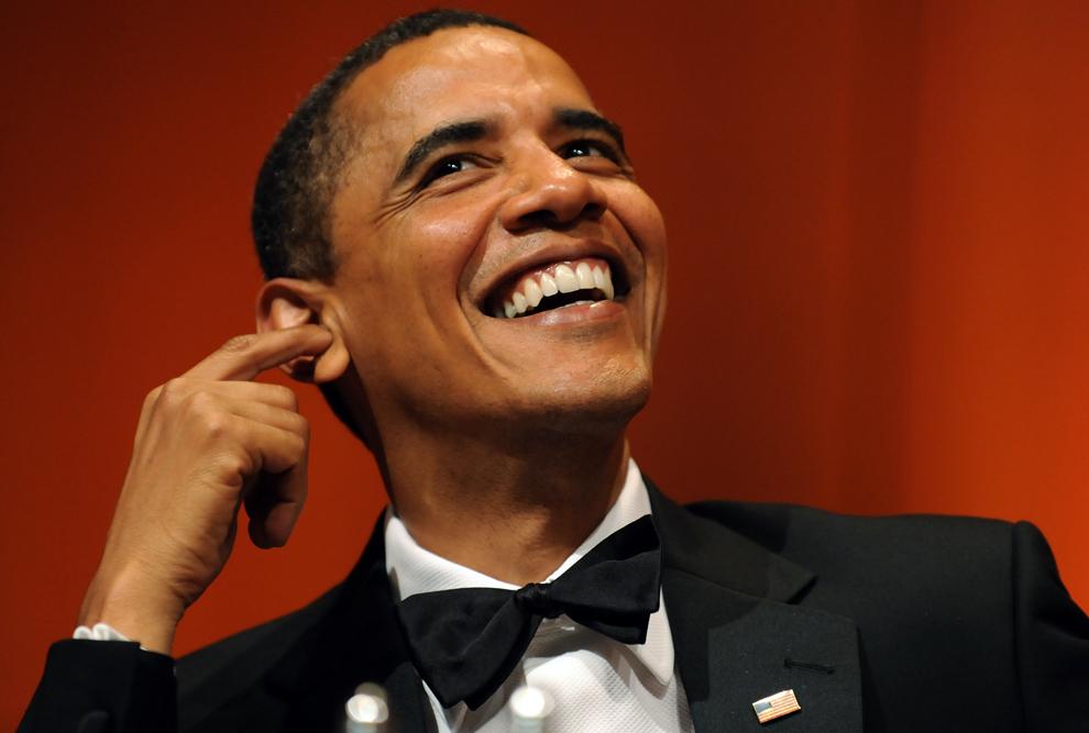 Preşedintele Barack Obama zâmbeşte în timp ce urmăreşte un clip animat, în timpul unui eveniment al Asociaţiei Corespondenţilor de Radio şi Televiziune, în Washington, DC, duminică, 19 iunie 2009. (Jewel Samad / AFP)