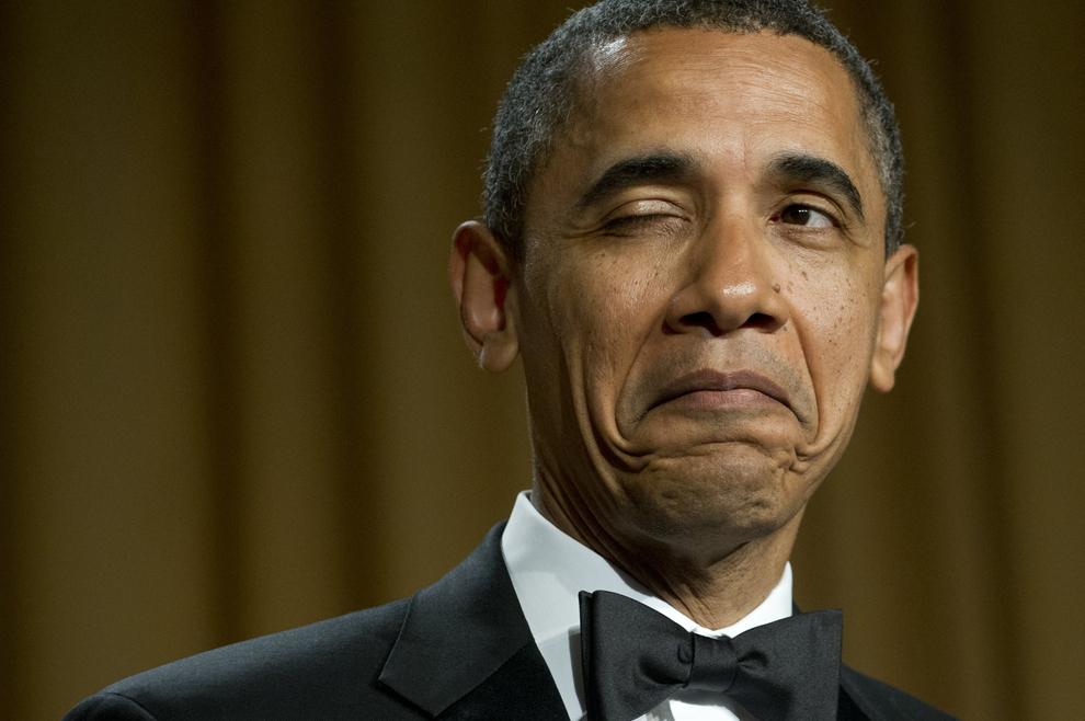 Preşedintele Statelor Unite ale Americii, Barack Obama face cu ochiul în timp ce spune o glumă, în timpul cinei Asociaţiei Corespondenţilor din Washington, D.C., sâmbătă, 28 aprilie 2012. (Saul Loeb / AFP)