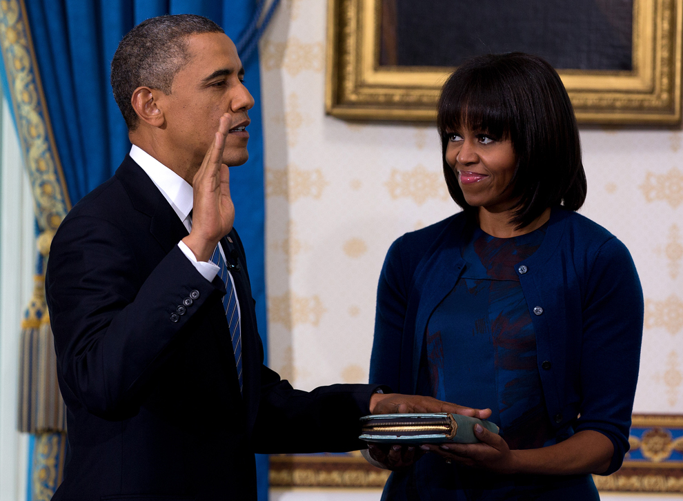 Preşedintele Statelor Unite ale Americii, Barack Obama depune jurământul oficial, în Camera Albastră a Casei Albe, în Washington, D.C., duminică, 20 ianuarie 2013. (Doug Mills / AFP / Pool)