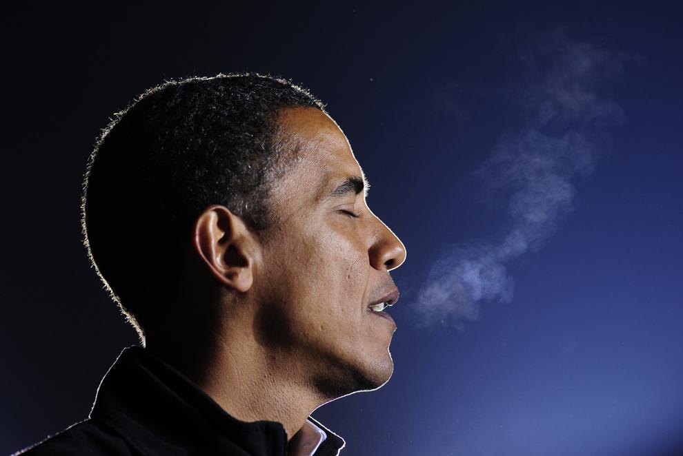 Barack Obama susţine un discurs la finalul unui miting electoral, în Manassas, Virginia, luni, 3 noiembrie, 2008. (Emmanuel Dunand / AFP)