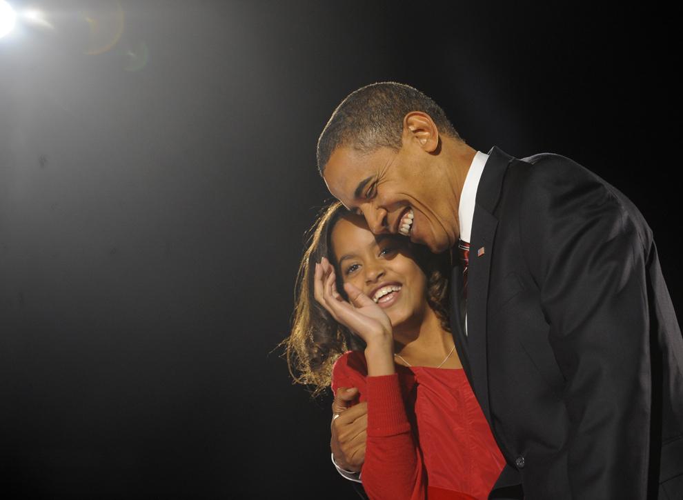 Preşedintele ales al Statelor Unite ale Americii, Barack Obama o îmbrăţişează pe fiica sa Malia, in timpul petrecerii organizate la finalul alegerilor, în Chicago, Illinois, marţi, 4 noiembrie , 2008. (Emmanuel Dunand / AFP)