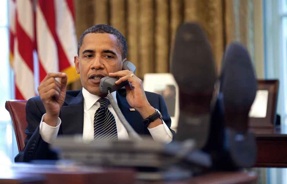 Preşedintele Statelor Unite ale Americii, Barack Obama vorbeşte  la telefon, în Biroul Oval din Casa Alba, Washington D.C., luni, 8 iunie 2009. (AFP PHOTO / White House / Pete Souza)