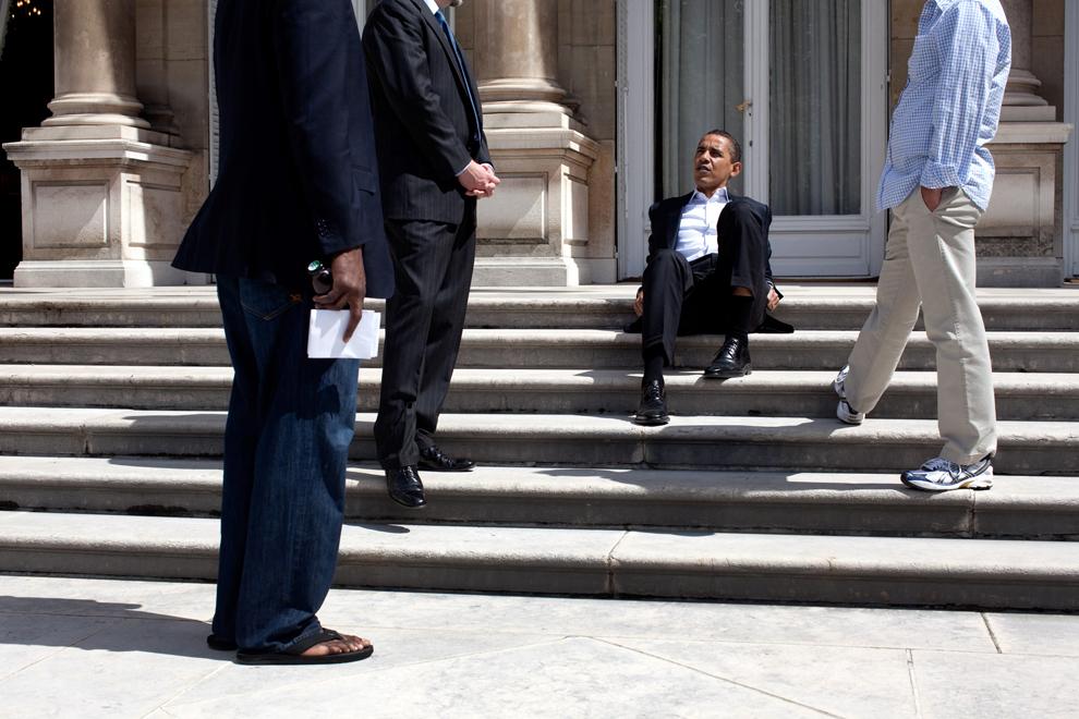 Preşedintele Statelor Unite ale Americii, Barack Obama stă pe treptele rezidenţei ambasadorului SUA din Paris, în Paris, Franţa,  duminică, 7 iunie 2009. (Pete Souza / Official White House Photo)