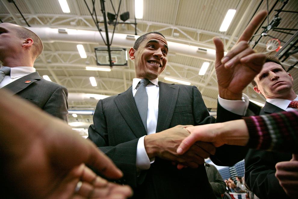 Candidatul democrat la prezidenţiale, senatorul de Illinois Barack Obama, discută cu suporterii la finalul unui discurs, la liceului Nashua North, din Nashua, New Hampshire, sâmbătă, 5 ianuarie 2008 (Chip Somodevilla / AFP / Getty Images)