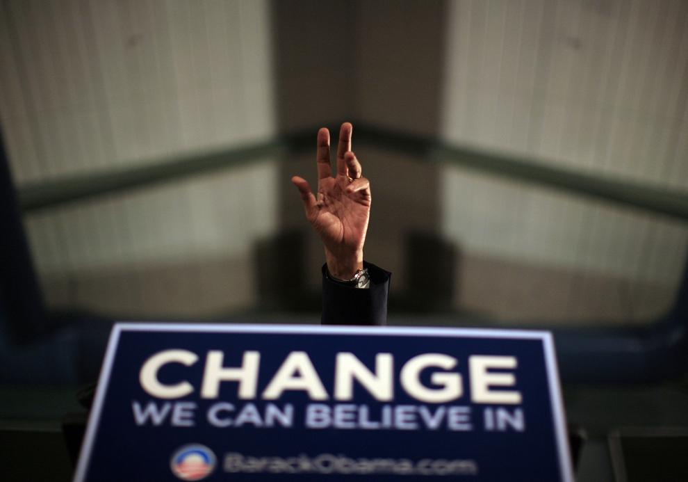 Candidatul democrat la prezidenţiale, senatorul de Illinois Barack Obama, susţine un discurs în timpul unui eveniment de campanie, la liceul Keene din Keene, New Hampshire, duminică, 6 ianuarie 2008. (Eric Thayer / Getty Images / AFP)