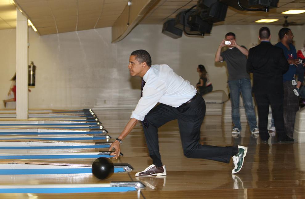 Candidatul democrat la prezidenţiale, senatorul de Illinois Barack Obama, aruncă o minge de bowling la centrul de recreere Pleasant Valley din Altoona, Pennsylvania, sâmbătă, 29 martie 2008. (Stan Honda / AFP)