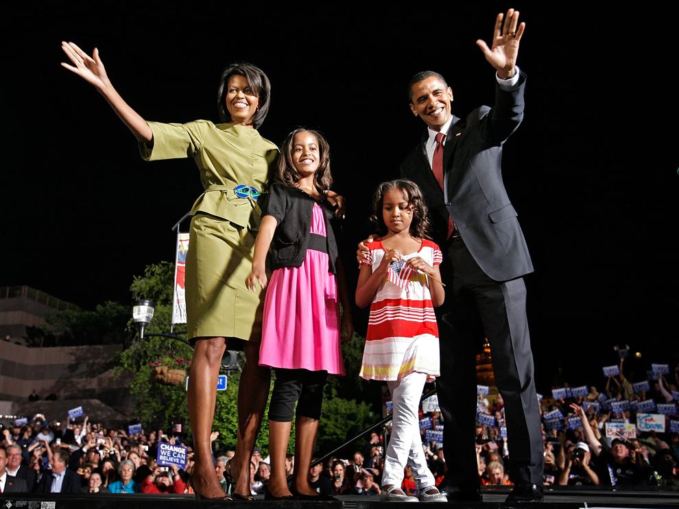 Candidatul democrat la prezidenţiale, Barack Obama, alături de soţia sa Michelle şi fiicele lor, Sasha şi Malia, salută publicul în timpul unui miting electoral, în Des Moines, Iowa, marţi, 20 mai 2008. (Chip Somodevilla / AFP / Getty Images)