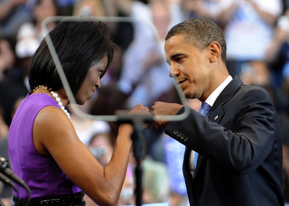 Candidatul democrat la prezidenţiale, senatorul de Illinois Barack Obama, stă alături de soţia sa Michelle, în timpul unui miting electoral la Xcel Energy Center din St. Paul, Minnesota, marţi, 3 iunie 2008. (Emmanuel Dunand / AFP)