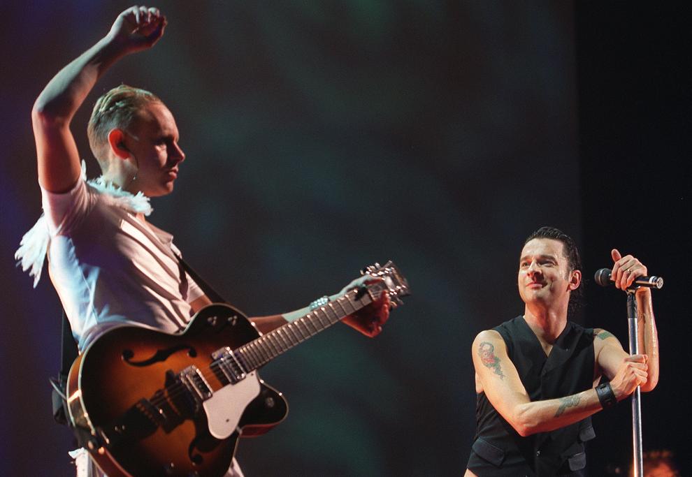 David Gahan (D), solistul trupei britanice Depeche Mode şi chitaristul Martin Gore (S) cântă în timpul unui concert în Paris, marţi, 9 octombrie 2001.