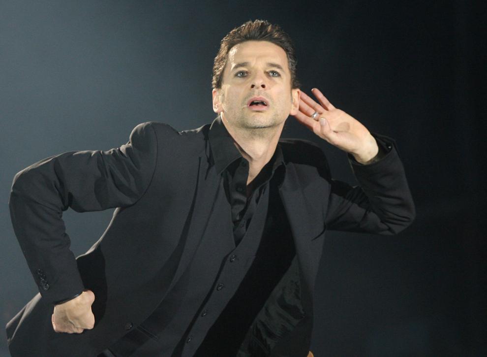 """David Gahan, solistul Depeche Mode concertează pe scena festivalului  """"Rock im Park"""", în Nuremberg, Germania, vineri, 2 iunie 2006."""