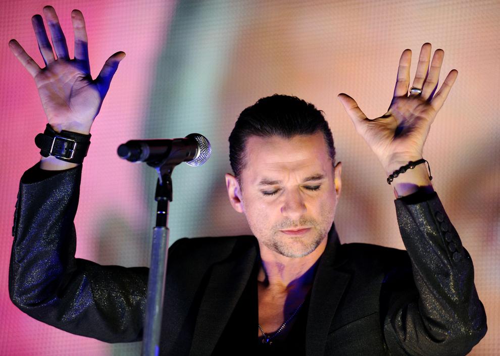 Dave Gahan şi Depeche Mode susţin un concert în Oberhausen, vestul Germaniei, sâmbătă, 31 octombrie 2009.