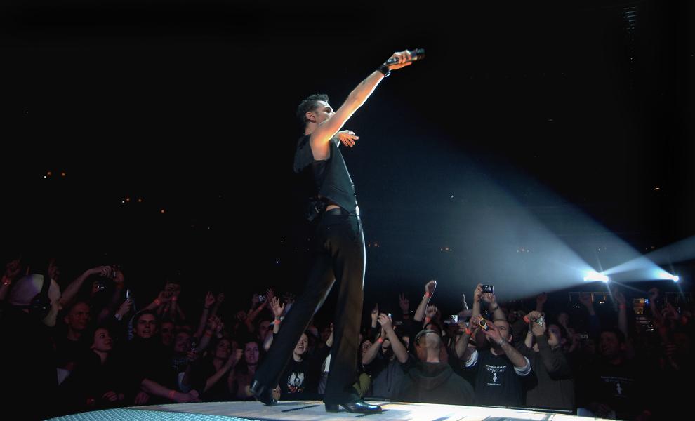 Liderul Depeche Mode, Dave Gahan, concertează la Sazka Arena, în Praga, luni, 23 ianuarie 2006.