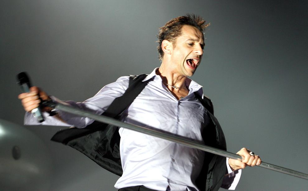 Dave Gahan, solistul trupei britanice Depeche Mode concertează vineri, 13 ianuarie 2006 în Dresda în faţa a 12,000 de fani, la începutul turneului lor european.
