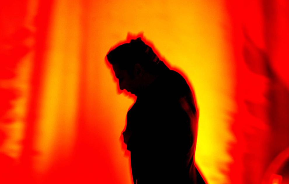 Silueta solistului Dave Gahan se profilează pe fundal, în cadrul concertului de pe stadionul naţional Lia Manoliu, la Bucureşti, vineri, 23 iunie 2006. Formaţia Depeche Mode efectuează un turneu mondial de promovare a ultimului lor album, Playing the Angel.