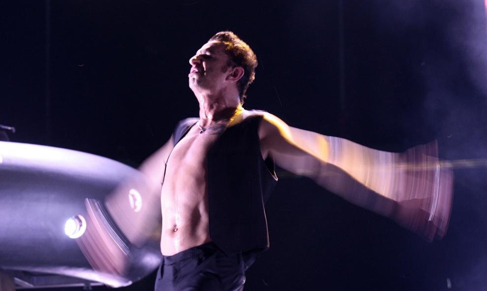 Dave Gahan, solistul formaţiei Depeche Mode, concertează pe scena amenajată pe stadionul naţional Lia Manoliu, la Bucureşti, vineri 23 iunie 2006. Formaţia Depeche Mode efectuează un turneu mondial de promovare a ultimului lor album, Playing the Angel.