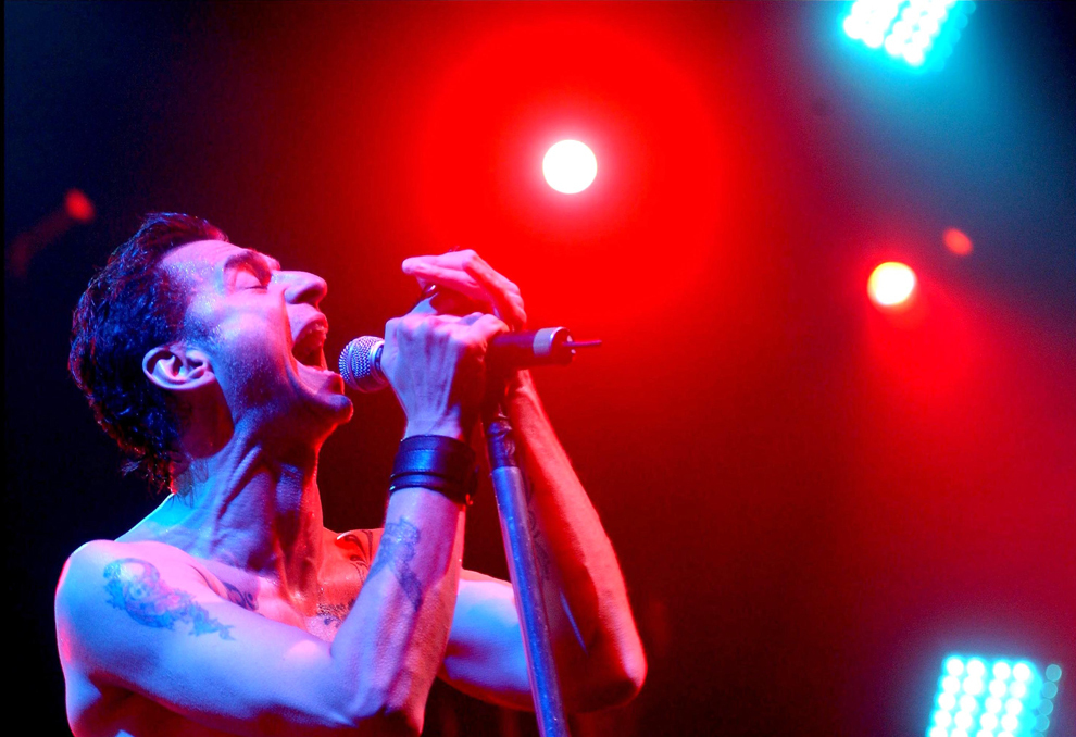 Dave Gahan concertează în Bruxelles, Belgia, 2003.