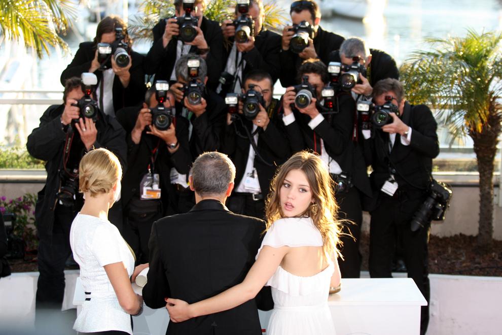 Regizorul Abdellatif Kechiche (C) pozează cu trofeul Palme d'Or, încadrat de actriţele franceze Lea Seydoux (S) şi Adele Exarchopoulos, în cadrul celei de-a 66-a ediţii a Festivalului de Film de la Cannes, duminică, 26 mai 2013.
