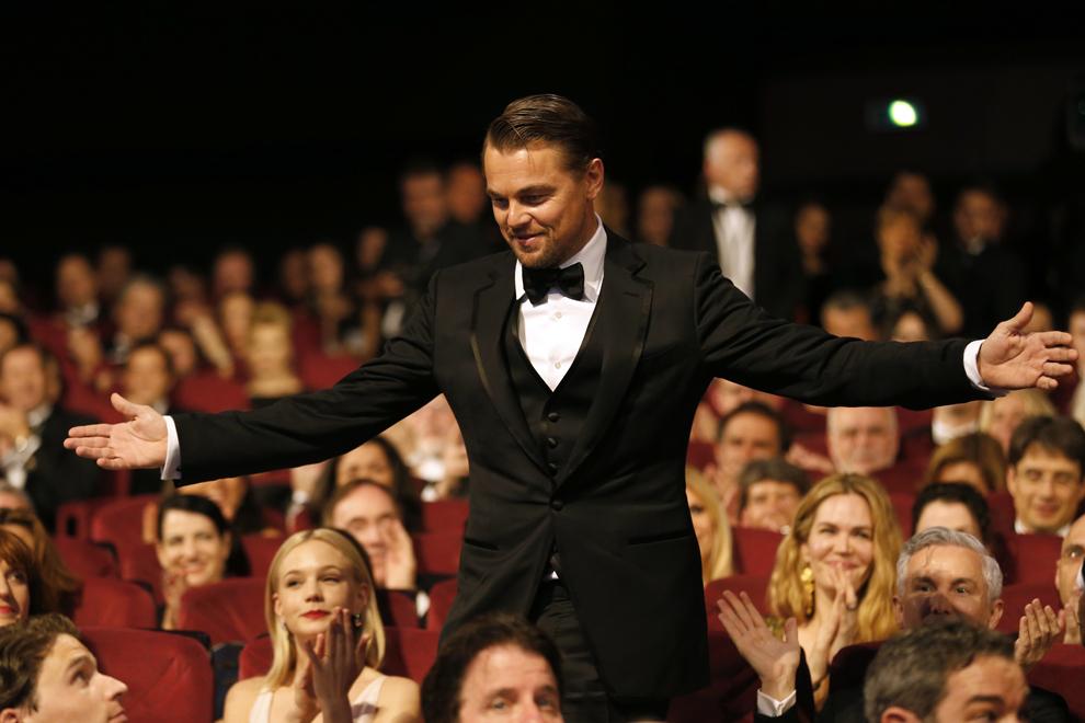 Actorul american Leonardo DiCaprio gesticulează în timp ce se ridică de pe scaun, în timpul deschiderii celei de-a 66-a ediţii a Festivalului de Film de la Cannes, în Cannes, miercuri, 15 mai 2013.