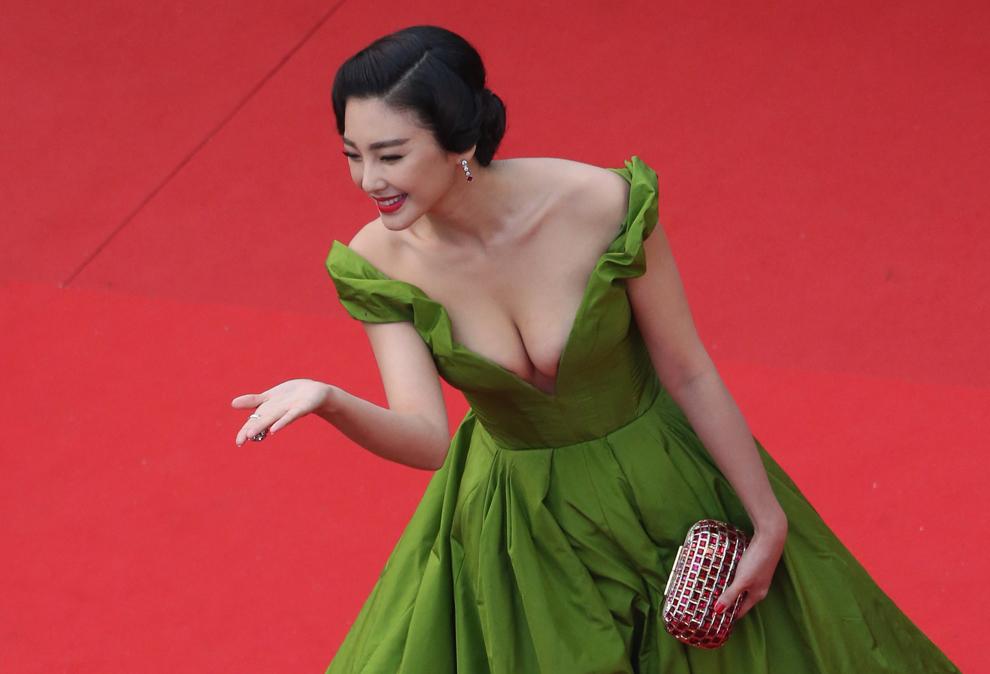 Actriţa chineză Zhang Yuqi pozează în timp ce soseşte la proiecţia filmului 'Marele Gatsby', înaintea deschiderii celei de-a 66-a ediţii a Festivalului de Film de la Cannes, în Cannes, miercuri, 15 mai 2013.