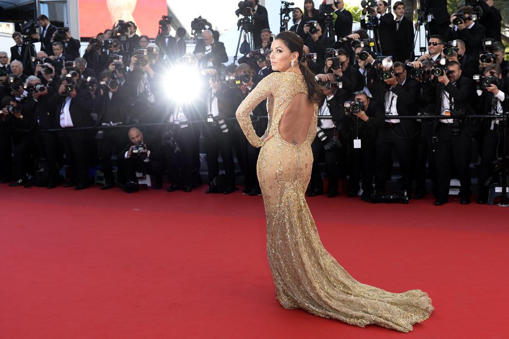 Actriţa americană Eva Longoria pozează în timp ce soseşte la proiecţia filmului 'The Past', prezentat în cadrul competiţiei celei de-a 66-a ediţii a Festivalului de Film de la Cannes, în Cannes, vineri, 17 mai 2013.