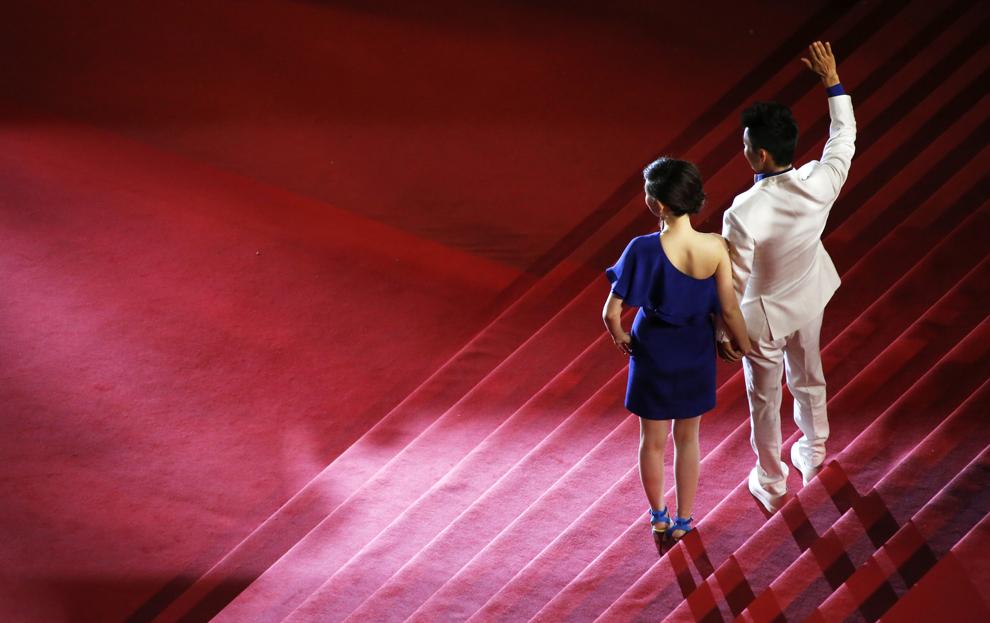Actorul chinez Wang Baoqiang (D) şi soţia sa, Ma Rong, sosesc la proiecţia filmului 'Tian Zhu Ding' (A Touch of Sin), prezentat în cadrul competiţiei celei de-a 66-a ediţii a Festivalului de Film de la Cannes, în Cannes, miercuri, 15 mai 2013.