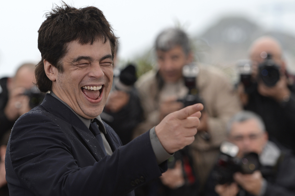 Actorul portorican Benicio Del Toro râde în timpul unei şedinţe foto pentru filmul 'Jimmy P. Psychotherapy of a Plains Indian', prezentat în competiţia Festivalului de Film de la Cannes, în Cannes, sâmbătă, 18 mai 2013.