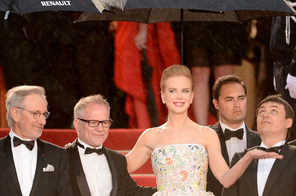 Preşedintele juriului, Steven Spielberg (S), directorul artistic al Festivalului de Film de la Cannes, Thierry Fremaux, şi membrii juriului, Nicole Kidman şi Cristian Mungiu, participă la ceremonia de deschidere şi premiera filmului 'Marele Gatsby', în timpul celei de-a 66-a ediţii a Festivalului de Film de la Cannes, în Cannes, miercuri, 15 mai 2013.