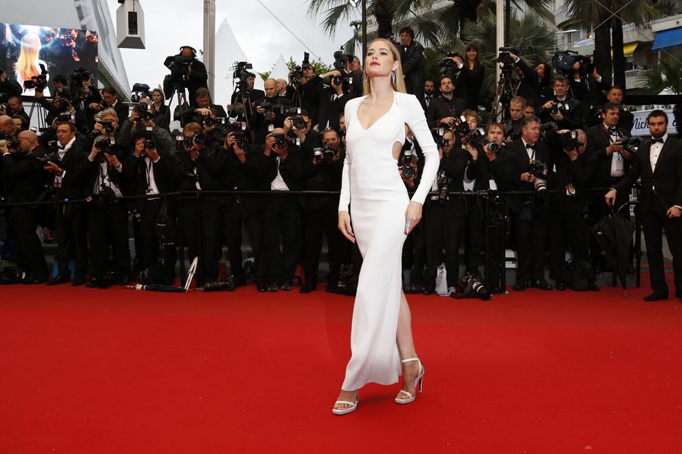 Modelul olandez Doutzen Kroes pozează în timp ce soseşte la proiecţia filmului 'Jimmy P. Psychotherapy of a Plains Indian', prezentat în cadrul competiţiei Festivalului de Film de la Cannes, în Cannes, sâmbătă, 18 mai 2013.