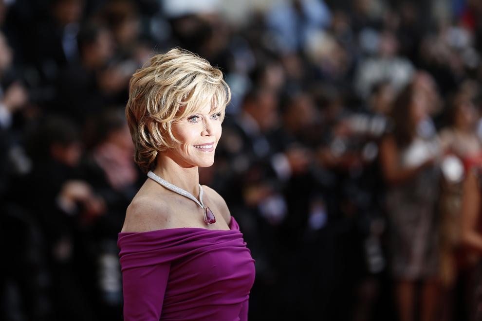 Actriţa americană Jane Fonda pozează în timp ce soseşte la proiecţia filmului 'Inside Llewyn Davis', prezentat  în cadrul competiţiei celei de-a 66-a ediţii a Festivalului de Film de la Cannes, în Cannes, duminică, 19 mai 2013.