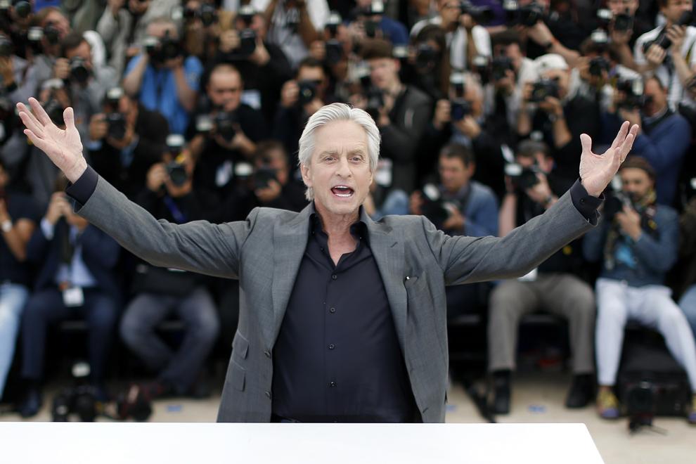 Actorul american Michael Douglas pozează în timpul unei şedinţe foto pentru filmul 'Behind the Candelabra', prezentat în cadrul competiţiei celei de-a 66-a ediţii a Festivalului de Film de la Cannes, în Cannes, marţi, 21 mai 2013.