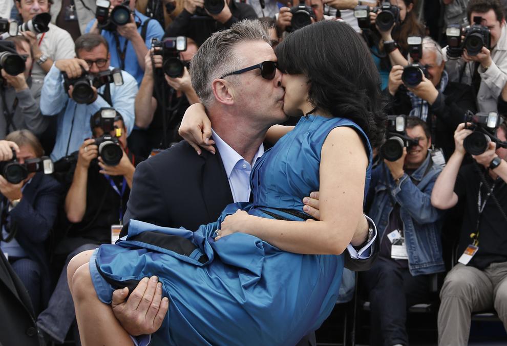 Actorul american Alec Baldwin îşi sărută soţia, Hilaria Thomas, în timpul unei şedinţe foto pentru filmul 'Seduced and Abandoned', prezentat în afara competiţiei celei de-a 66-a ediţii a Festivalului de Film de la Cannes, în Cannes, marţi, 21 mai 2013.