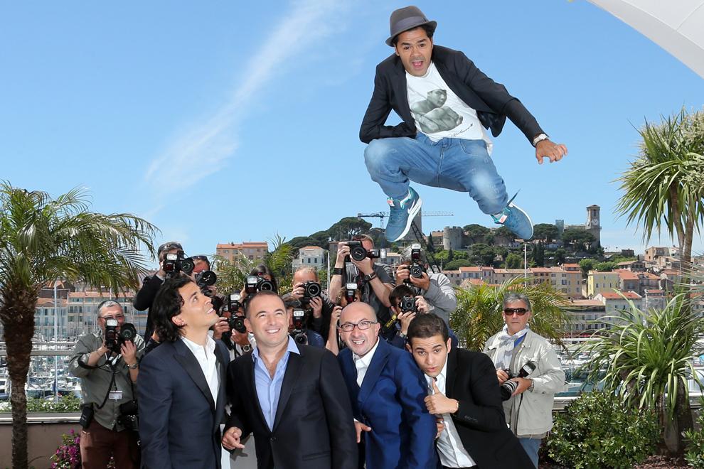 Actorul francez Jamel Debbouze (sus) sare peste actorul Tewfik Jallab (S), regizorul Mohamed Hamidi (CS), actorul franco-algerian Fatsah Bouyahmed (CD) şi comicul Malik Bentalha (D) în timpul unei şedinţe foto pentru filmul 'Ne Quelque Part' (Homeland), prezentat în cadrul sesiunii speciale a celei de-a 66-a ediţii a Festivalului de Film de la Cannes, în Cannes, marţi, 21 mai 2013.