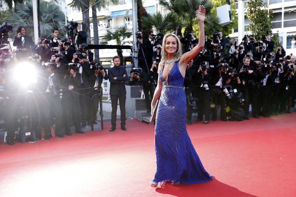 Actriţa americană Sharon Stone face cu mâna în timp ce soseşte la proiecţia filmului 'Behind the Candelabra', prezentat în cadrul competiţiei celei de-a 66-a ediţii a Festivalului de Film de la Cannes, în Cannes, marţi, 21 mai 2013.