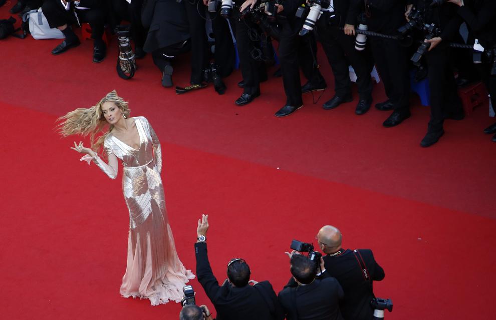Modelul ceh Petra Nemcova pozează în timp ce soseşte la proiecţia filmului 'Behind the Candelabra', prezentat în cadrul competiţiei celei de-a 66-a ediţii a Festivalului de Film de la Cannes, în Cannes, marţi, 21 mai 2013.