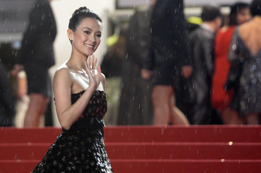 Actriţa chineză şi membră a juriului secţiunii Un Certain Regard, Zhang Ziyi, face cu mâna în timp ce soseşte la proiecţia filmului 'Only God Forgives', prezentat în cadrul competiţiei celei de-a 66-a ediţii a Festivalului de Film de la Cannes, în Cannes, miercuri, 22 mai 2013.