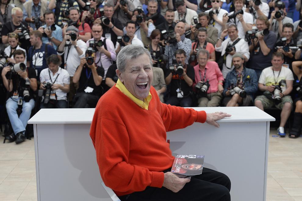 Comicul american Jerry Lewis zâmbeşte în timpul unei şedinţe foto pentru filmul 'Max Rose', prezentat în afara competiţiei celei de-a 66-a ediţii a Festivalului de Film de la Cannes, în Cannes, joi, 23 mai 2013.