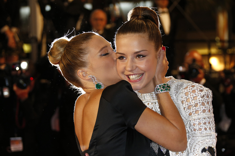 Actriţa franceză Lea Seydoux (S) o sărută pe colega sa, Adele Exarchopoulos, în timp ce sosesc la proiecţia filmului 'Blue is the Warmest Colour' (La Vie d'Adele - Chapitre 1 & 2), prezentat în cadrul competiţiei celei de-a 66-a ediţii a Festivalului de Film de la Cannes, în Cannes, joi, 23 mai 2013.