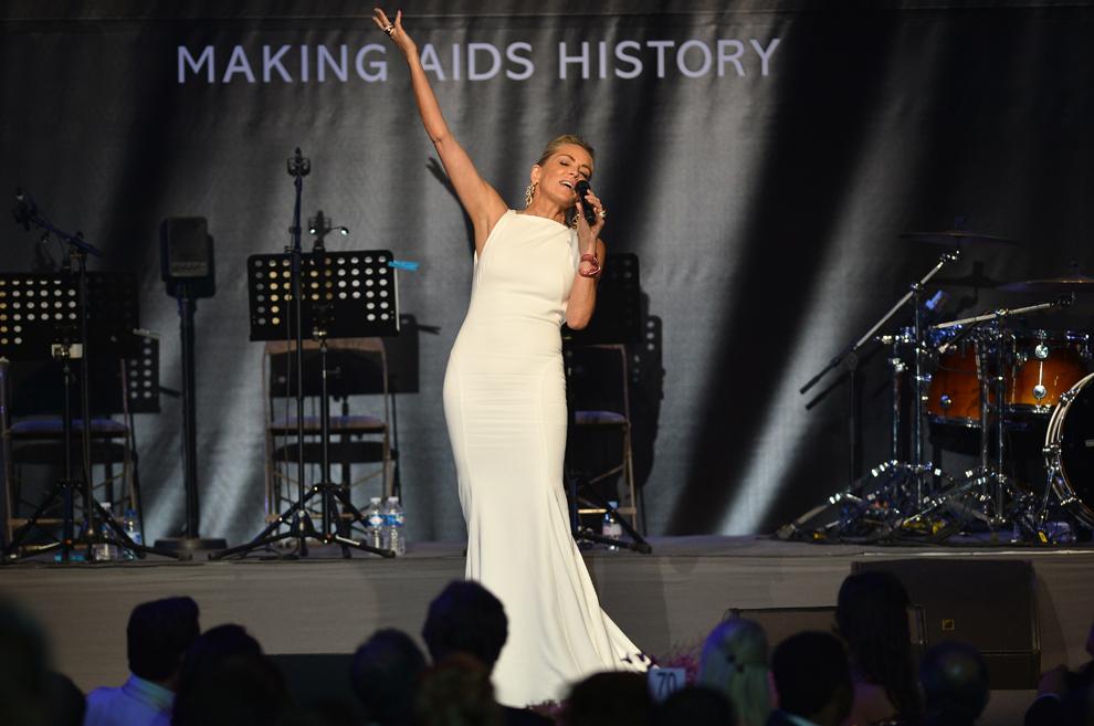 Actriţa americană Sharon Stone vorbeşte de pe scenă în timpul celui de-al 20-lea eveniment anual 'Cinematografia împotriva SIDA', organizat de amfAR în cadrul celei de-a 66-a ediţii a Festivalului de Film de la Cannes, în Cannes, joi, 23 mai 2013.