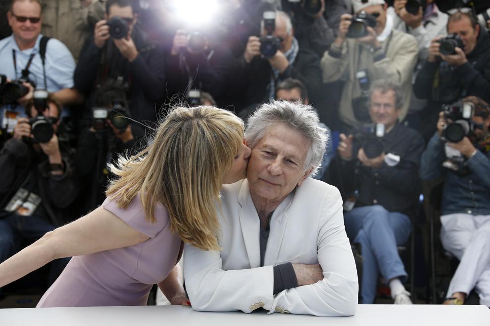 Actriţa franceză Emmanuelle Seigner (S) îl sărută pe soţul ei, regizorul Roman Polanski, în timpul unei şedinţe foto pentru filmul 'Venus in Fur', prezentat în cadrul competiţiei celei de-a 66-a ediţii a Festivalului de Film de la Cannes, în Cannes, sâmbătă, 25 mai 2013.