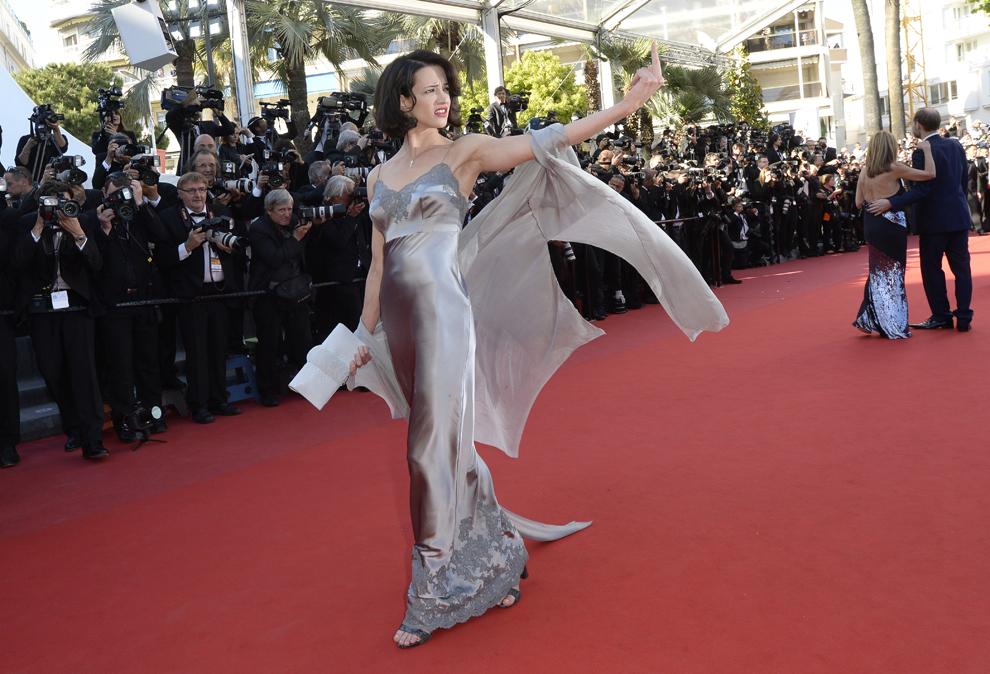 Actriţa italiană Asia Argento gesticulează în timp ce soseşte la proiecţia filmului 'Zulu', prezentat în afara competiţiei celei de-a 66-a ediţii a Festivalului de Film de la Cannes, în Cannes, duminică, 26 mai 2013.