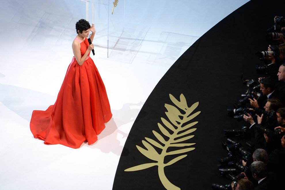 Actriţa franceză şi maestră de ceremonii a Festivalului de Film de la Cannes, Audrey Tautou, vorbeşte pe scena celei de-a 66-a ediţii a Festivalului de Film de la Cannes, în timpul ceremoniei de închidere, în Cannes, duminică, 26 mai 2013.