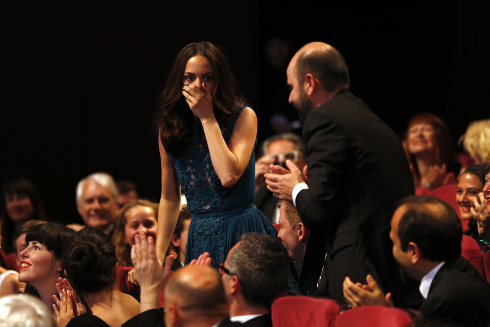 Actriţa franceză Berenice Bejo reacţionează după ce a primit premiul pentru interpretare feminină în timpul ceremoniei de închidere a celei de-a 66-a ediţii a Festivalului de Film de la Cannes, în Cannes, duminică, 26 mai 2013.