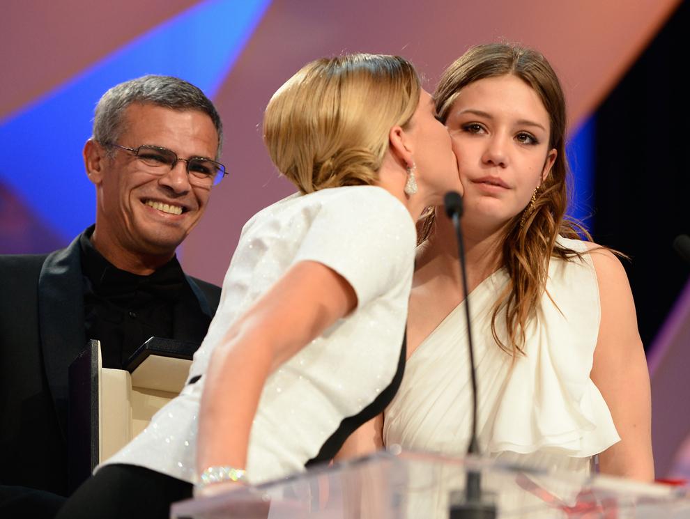 Actriţele Lea Seydoux şi Adele Exarchopoulos sunt prezente pe scenă la premierea filmului 'Blue is the Warmest Colour' (La Vie D'adele), care a primit trofeul Palme D'Or, în timpul ceremoniei de închidere a celei de-a 66-a ediţii a Festivalului de Film de la Cannes, la Palatul Festivalurilor din Cannes, duminică, 26 mai 2013.