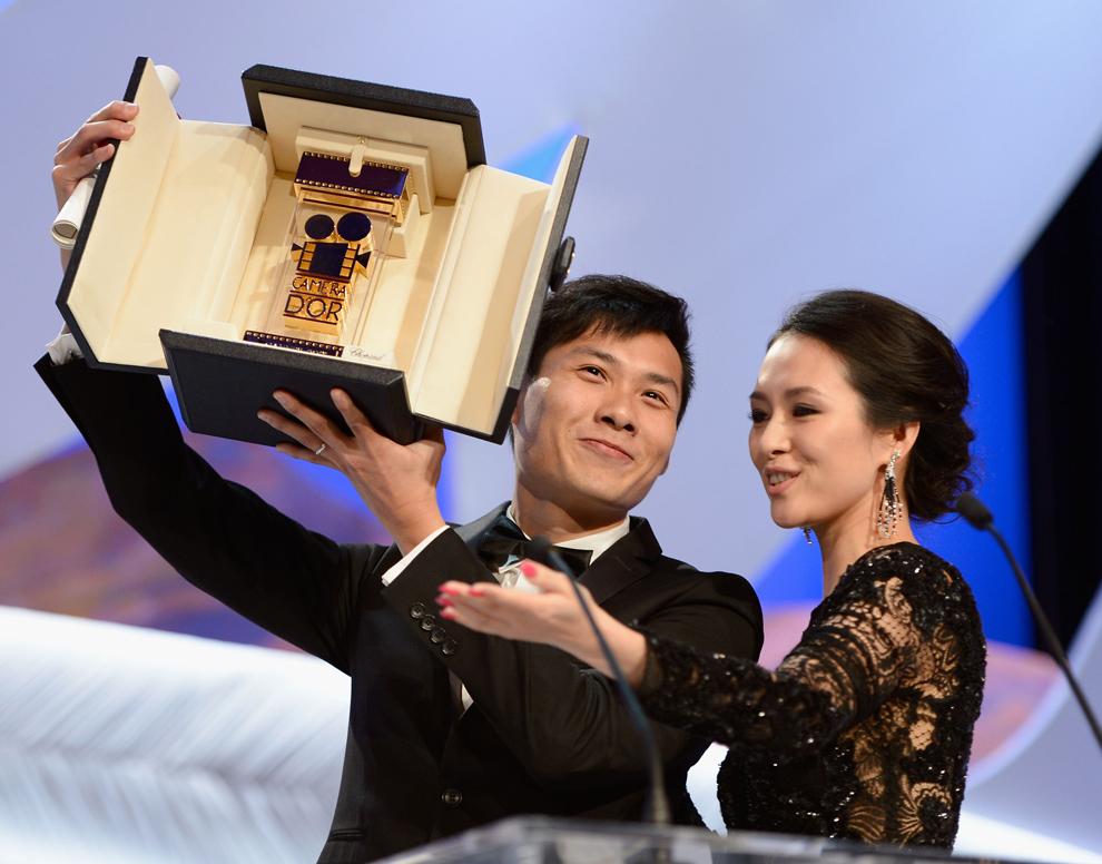 Membra juriului secţiunii Un Certain Regard, Zhang Ziyi (D), acordă regizorului Anthony Chen trofeul Palme D'Or pentru filmul 'Ilo Ilo', în timpul ceremoniei de închidere a celei de-a 66-a ediţii a Festivalului de Film de la Cannes, la Palatul Festivalurilor din Cannes, duminică, 26 mai 2013.