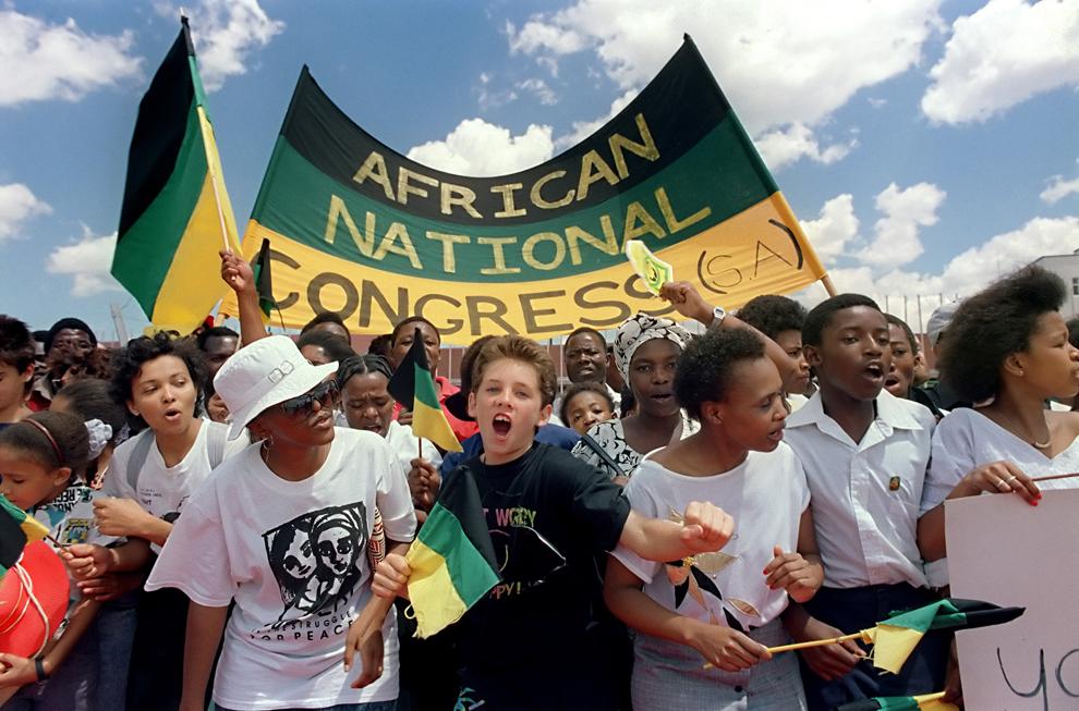 Suporterii Congresului Naţional African (CNA) îl întâmpină pe liderul sud-african anti-apartheid şi membru al CNA, Nelson Mandela, în timp ce acesta soseşte în Harare, capitala statului Zimbabwe, duminică, 4 martie 1990.