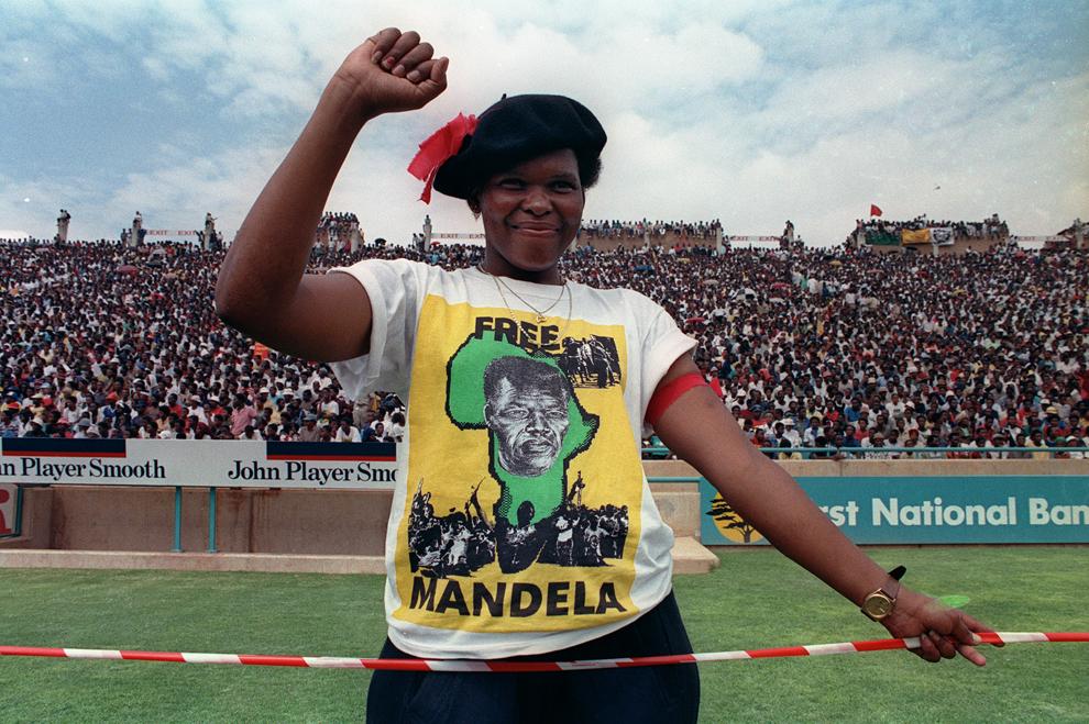 O suporteră a Congresului Naţional African (CNA) pozează cu pumnul ridicat pe stadionul Orlando din Soweto, unde mii de suporteri CNA îl aşteaptă pe liderul anti-apartheid şi membru CNA, Nelson Mandela, înaintea primului său miting de după eliberarea din închisoare, duminică, 11 februarie 1990.