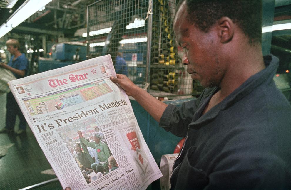 Un muncitor verifică prima copie a celui mai mare şi mai respectat cotidian sud-african, The Star, pe a cărui primă pagină este titrată victoria liderului anti-apartheid Nelson Mandela în primele alegeri generale şi multirasiale din Africa de Sud, luni, 2 mai 1994.